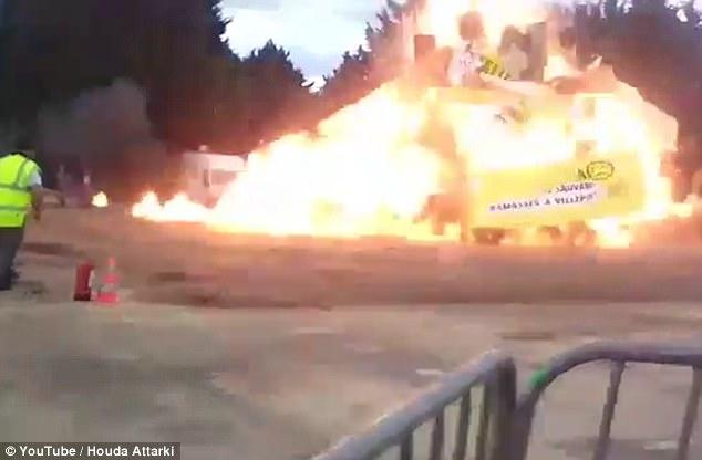 巴黎嘉年华活动现场发生爆炸 至少15人受伤