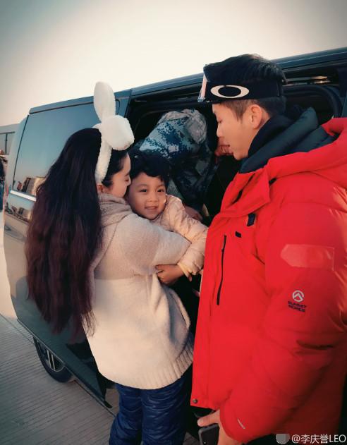 范冰冰与李晨抱着个小娃娃 就像一家三口