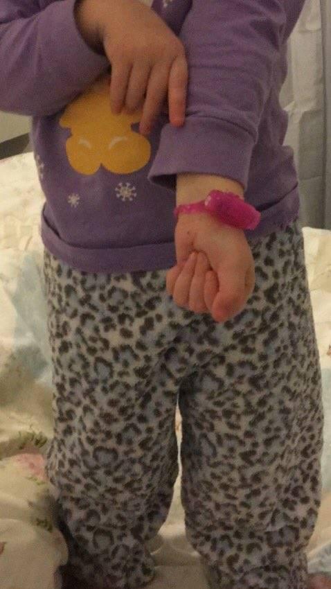 年轻情侣乱丢情趣玩具 被2岁女孩当成手镯戴上