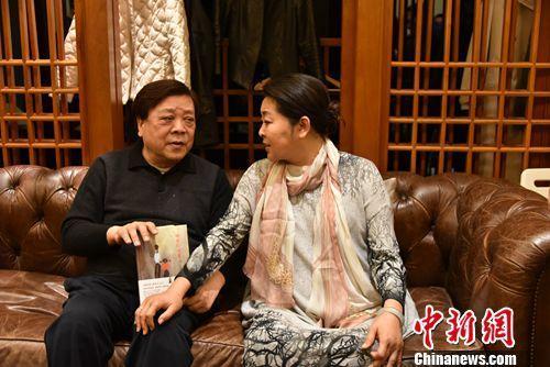 倪萍拍着赵忠祥的腿说他吃过我姥7个包子