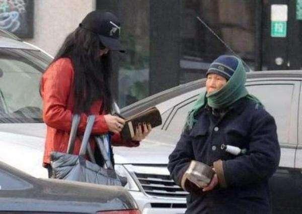 同是遇乞丐 范冰冰赵薇的态度却大有不同