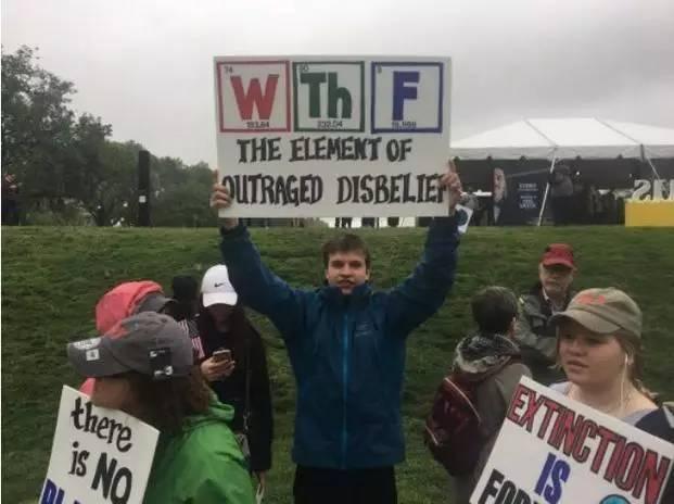 要不是这些抗议标语 还以为科学家很正经