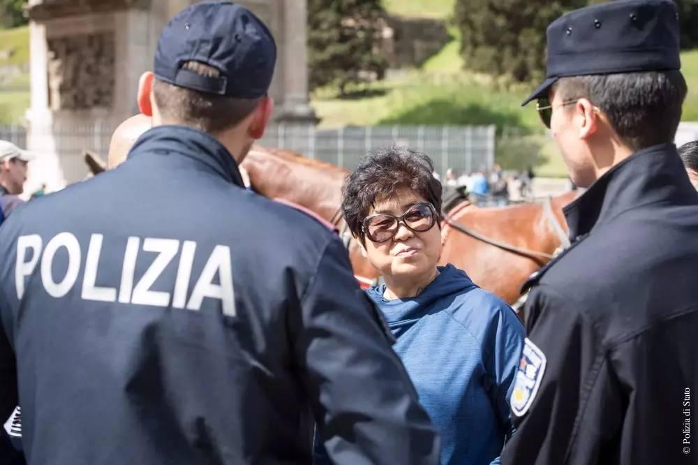 上海警察在意大利巡逻 中国大妈兴奋不已