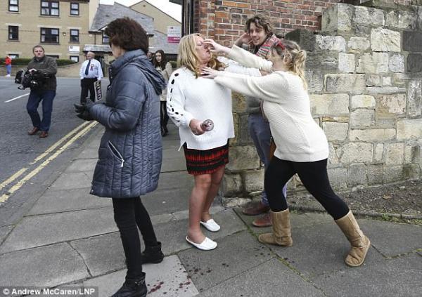 英国脱欧ing 两女子当街彪架血溅当场