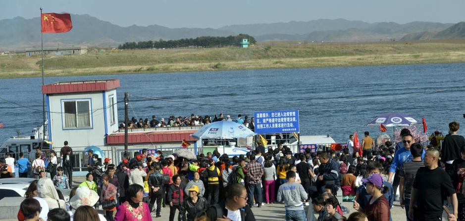 为看朝鲜别样风景 中国游客挤爆鸭绿江畔