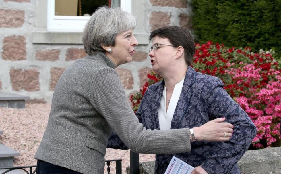 尴尬!英国首相敲门拉票 竟连吃6个闭门羹