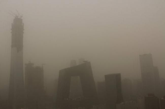 北京遭遇严重沙尘暴 PM10浓度爆表