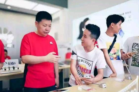 """华为副总裁余承东被""""贬""""为营业员"""