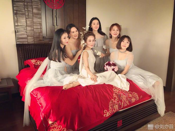 刘亦菲为大学同学做伴娘 被夸比新娘还美