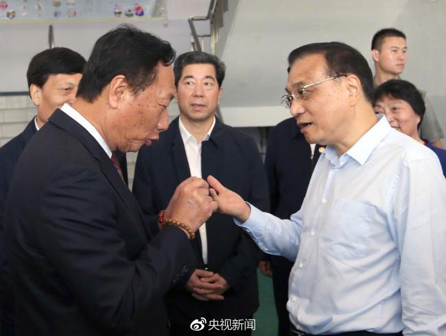 李克强考察郑州富士康  与郭台铭交谈