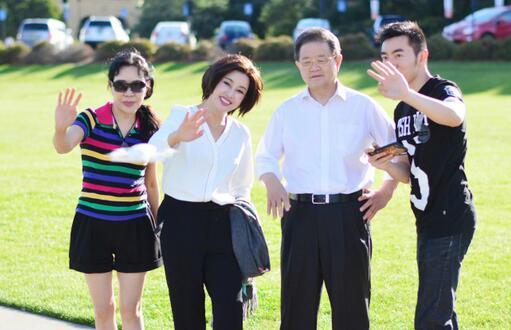刘晓庆与老公重游结婚地 情侣装出镜爆表