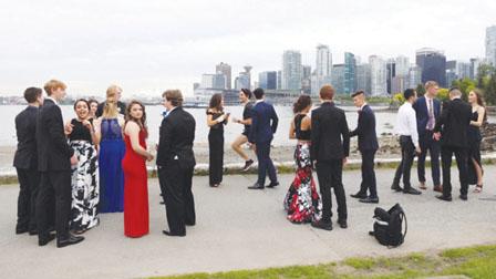 毕业生温哥华海堤拍照 帅哥总理乱入抢镜