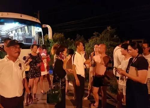 """中国旅行团不购物被""""甩路边闷车里"""""""