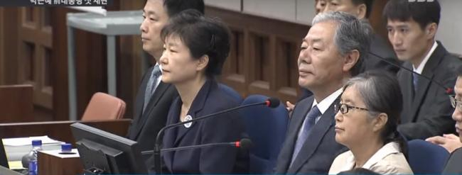 朴槿惠戴手铐受审  与崔顺实互不理睬