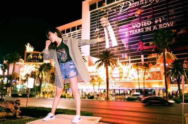 街头撒欢似少女 张靓颖夜游拉斯维加斯