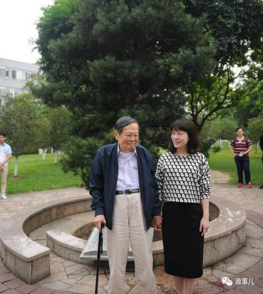 95岁杨振宁话音刚落 翁帆立刻站到他身边