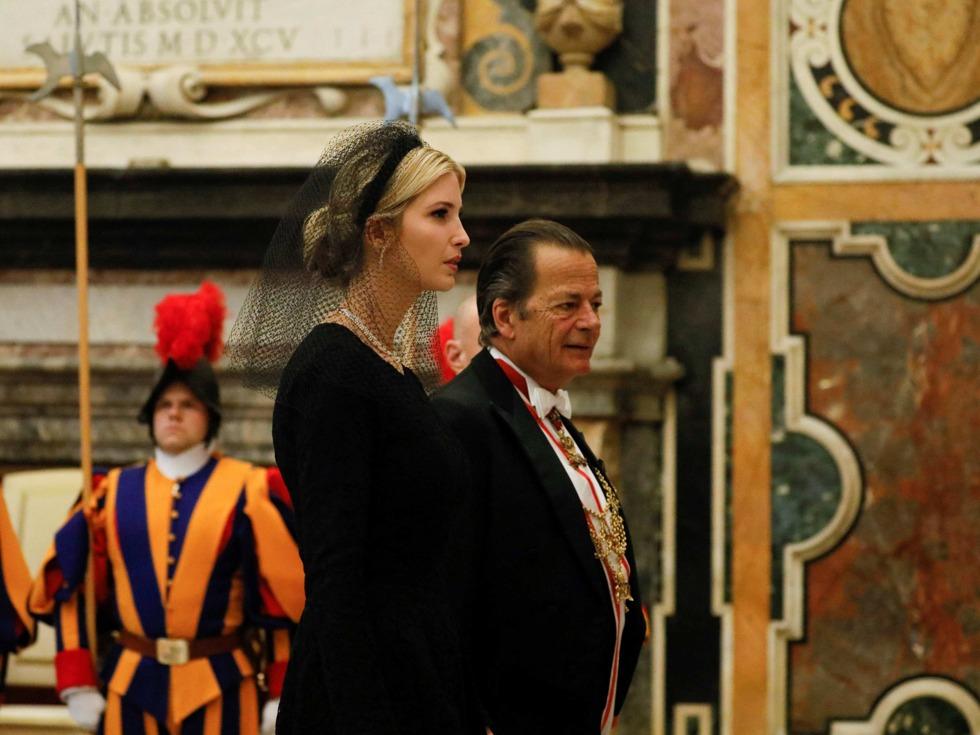 川普会教皇 第1夫人与女儿头顶黑纱惹眼