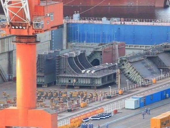 大连造船厂现疑似航母分段 或为第四艘航母