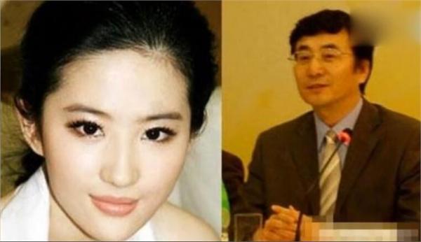 引人注目:刘亦菲带家人外出生父首曝光