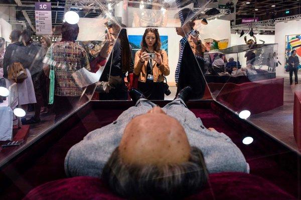 """在香港艺展和毛泽东的""""尸体""""来个自拍"""