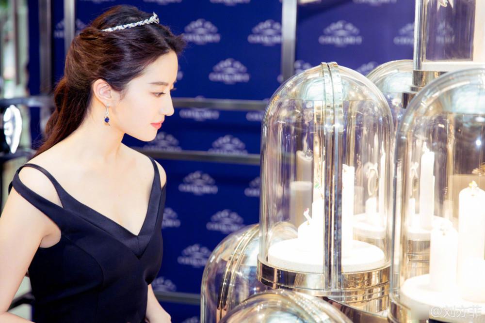 刘亦菲出席活动优雅似公主 深V秀好身材