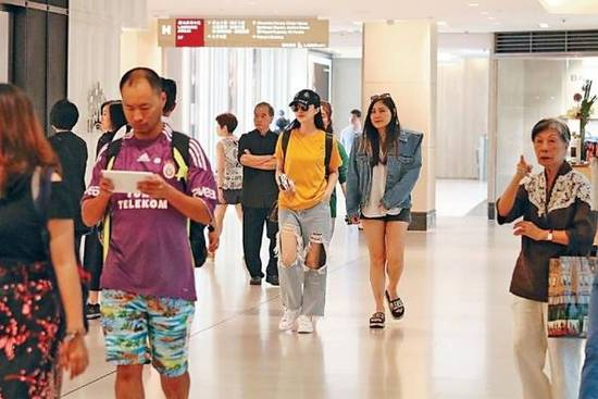 范冰冰现身香港逛街 穿超大窟窿牛仔裤扮潮