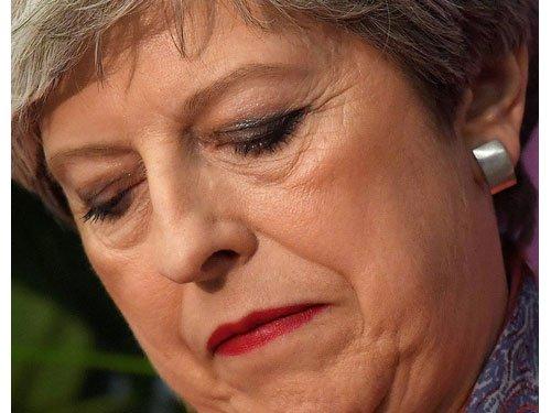 """""""我看上去很蠢"""" 梅姨见女王前崩溃痛哭"""