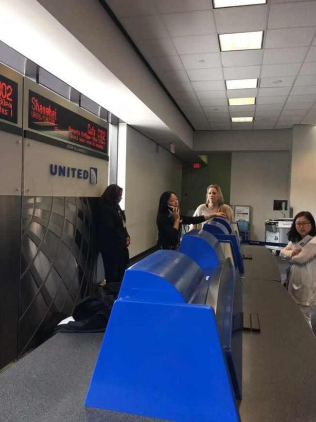 美联航飞上海延误11小时 华人集体索赔