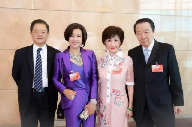 刘晓庆罕见携75岁富商丈夫露面 青春依旧