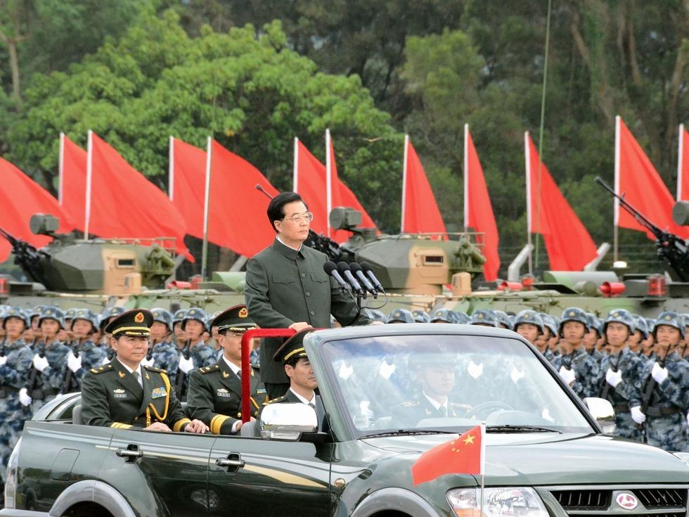 胡锦涛三访香港获赠马甲两次阅兵