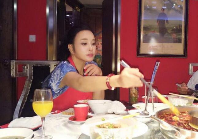 刘晓庆吃麻辣火锅 网友:嘴唇都肿上天