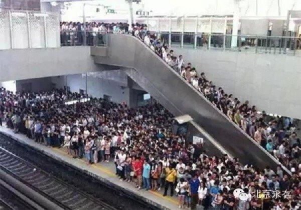 海归男地铁站见女乘客穿短裤伸手裆下…