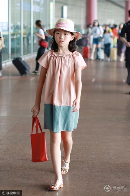 李亚鹏带女儿现身机场 李嫣打扮时尚气质