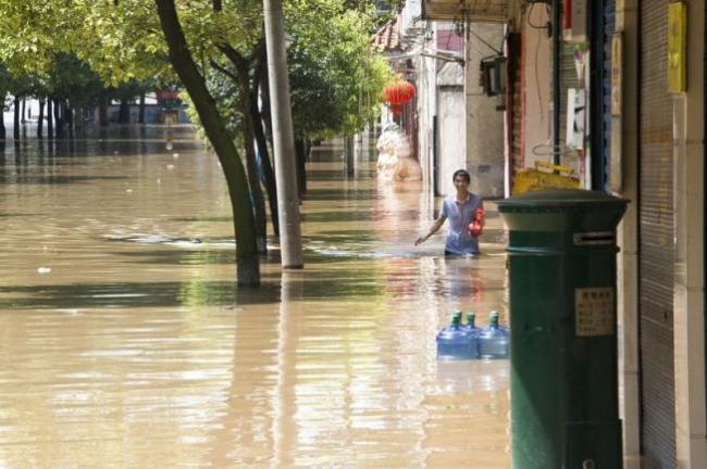 长江一号洪水 400万人受灾汪洋一片