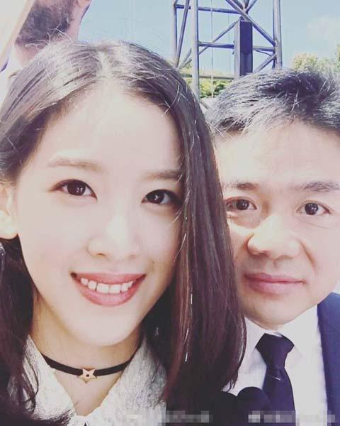 又秀恩爱?刘强东夫妇亲密自拍甜蜜尽显