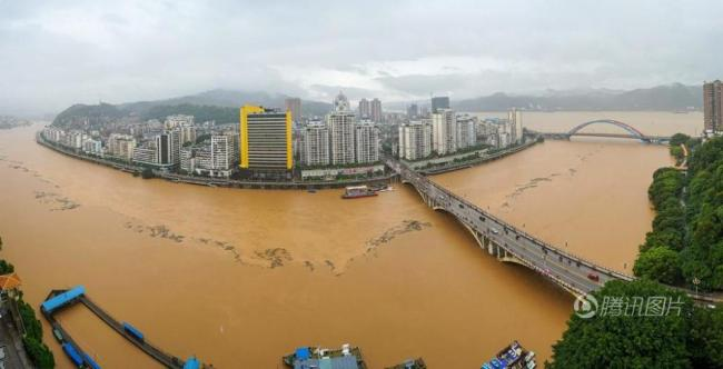 洪水超过警戒线 大妈在河边照常跳舞