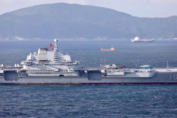 辽宁号航母编队 四舰一字排开驶进香港