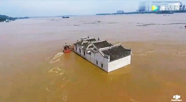 700年古建筑洪水中屹立不倒 震撼航拍