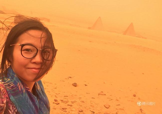 中国女孩游金字塔遇沙尘暴 被吹成火星人