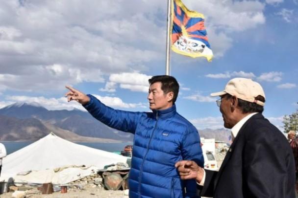 打藏独牌?印度疑默许边境插雪山狮子旗