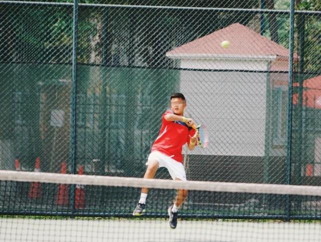13岁儿子打网球似生父高峰 那英现身送水