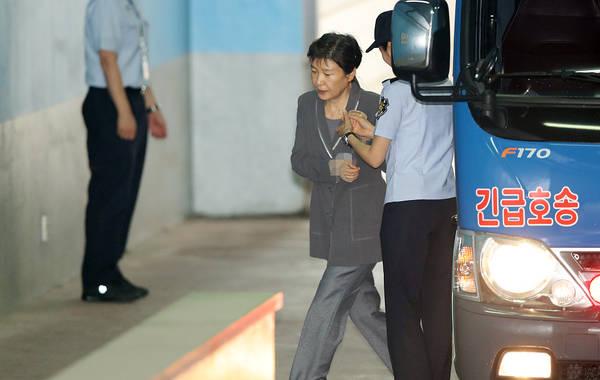 朴槿惠在 狱警搀扶下一瘸一拐走向法院