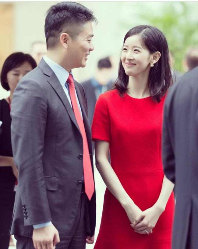 刘强东见加拿大总督也不忘秀恩爱