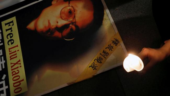 一女子竟独自在北戴河海边祭刘晓波