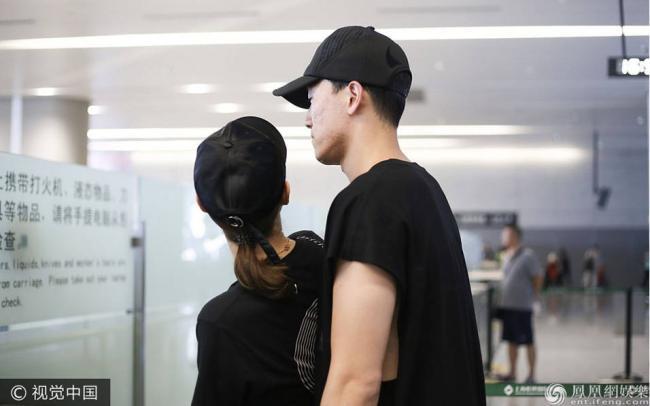 刘翔用胸膛护驾与吴莎甜蜜耳语