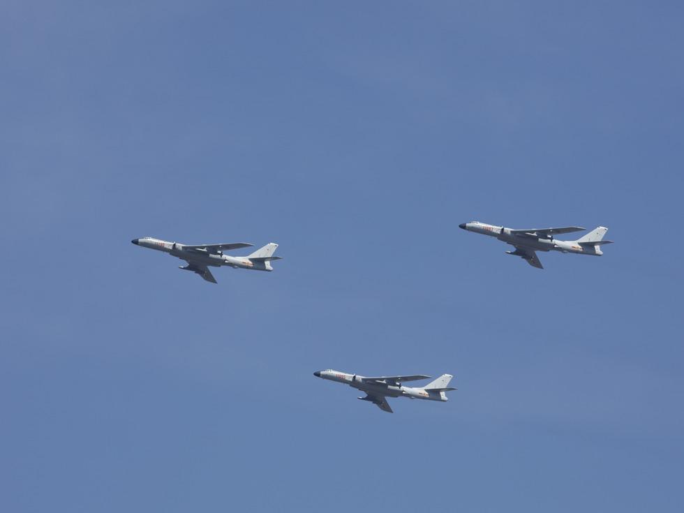 解放军4架轰6战机再绕台 台军紧盯