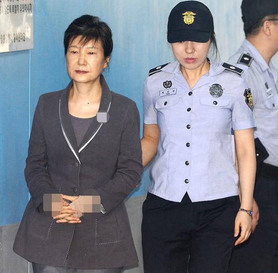 朴槿惠出庭异常严肃 脚步沉重几度闭目