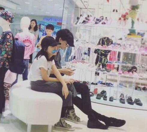 王菲低头看手机 李嫣则翘腿坐在一旁