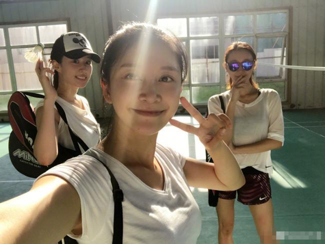 嫩出水!刘亦菲重返校园打羽毛球