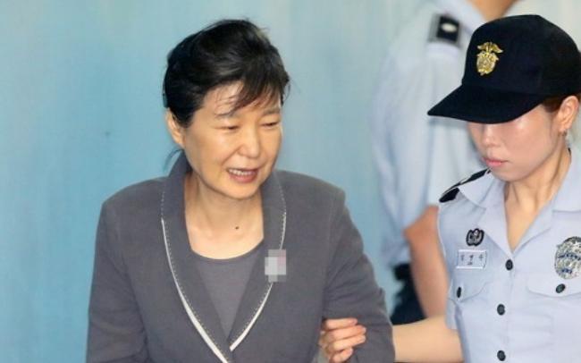 朴槿惠4天2场公审 走路犯困多次闭眼